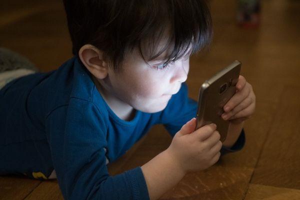 Závislé dítě na mobilu nebo tabletu? Trend dnešní doby.