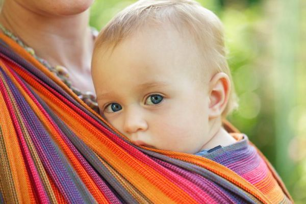 Je nošení dětí v šátku rozmazlování?